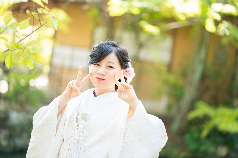 白無垢姿の花嫁さん。ピースポーズ。