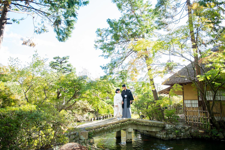 京都の梅宮大社のお庭で婚礼前撮り